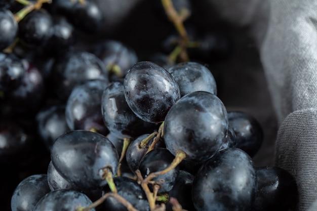 Close-up vista de uvas pretas na cesta.