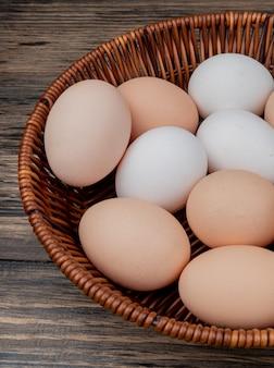 Close-up vista de vários ovos em um balde em um fundo de madeira