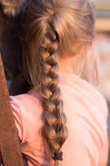 Close-up vista do cabelo de mulher jovem com flores amarelas dentro. primavera. unidade com a natureza. minimalismo