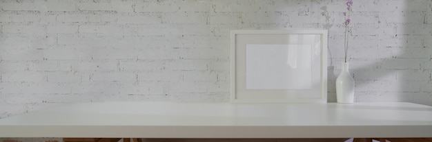Close-up vista do design de interiores minimalista com moldura de mock-up, vaso de cerâmica e cópia espaço na mesa branca