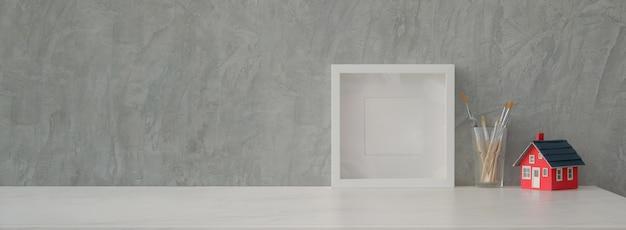 Close-up vista do design de interiores para casa com decorações, ferramentas de pintura e espaço da cópia