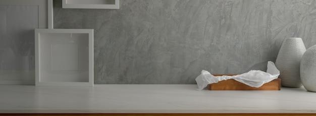 Close-up vista do design de interiores para casa com moldura de mock-up, bandeja de madeira e espaço de cópia