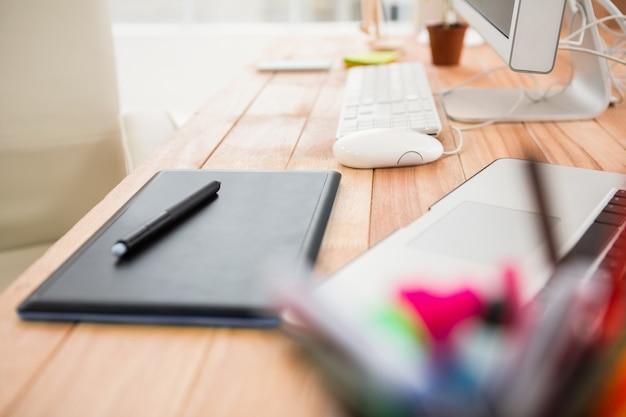Close-up vista do digitalizador na mesa de trabalho criativa
