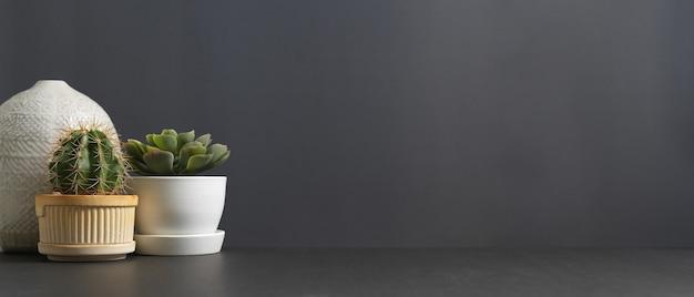 Close-up vista do espaço da cópia e decorações com vaso de cacto, vaso de planta e vaso na mesa da sala de estar