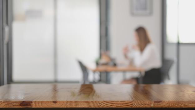 Close-up vista do espaço da cópia na mesa de madeira com espaço de trabalho turva