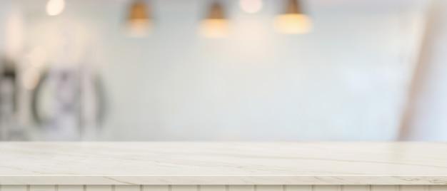 Close-up vista do espaço da cópia na mesa de mármore na sala de estar desfocada, balcão de mármore vazio