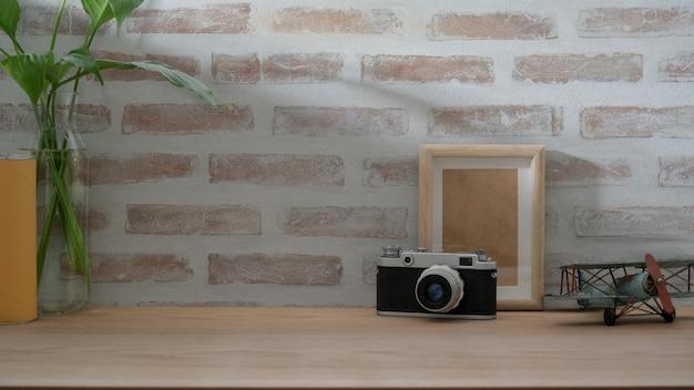 Close-up vista do espaço de trabalho do fotógrafo com câmera mock up frame e decorações