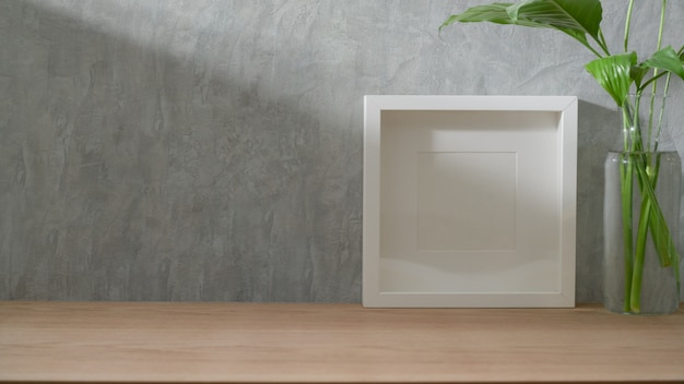 Close-up vista do espaço de trabalho elegante com mock up frame, decorações e espaço de cópia