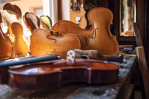 Close-up vista do instrumento musical de violinos na oficina.