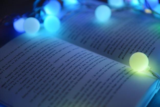 Close-up vista do livro e bela guirlanda