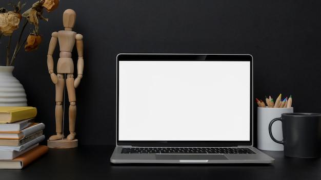 Close-up vista do local de trabalho de design de moda com laptop de tela em branco