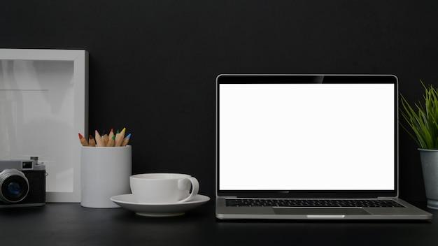 Close-up vista do local de trabalho do fotógrafo moderno com laptop na mesa preta