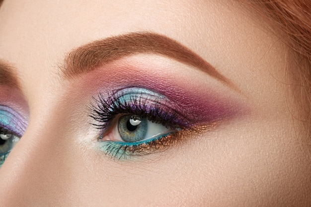 Close-up vista do olho azul feminino com bela maquiagem. closeup de maquiagem perfeita.