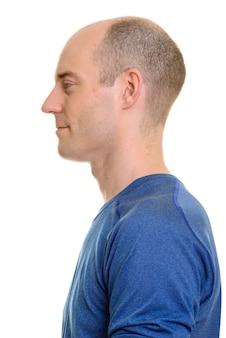 Close-up vista do perfil de um homem caucasiano careca