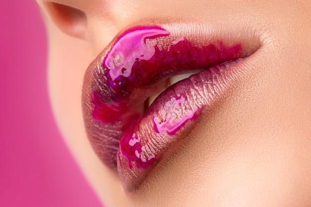 Close-up vista dos lábios de mulher bonita com maquiagem de moda moderna.