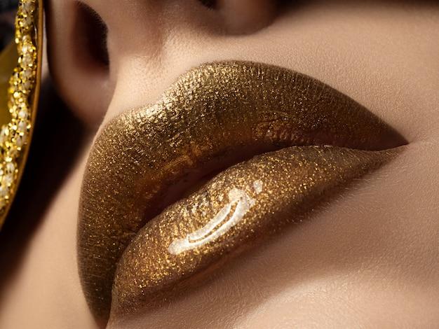 Close-up vista dos lábios de mulher bonita