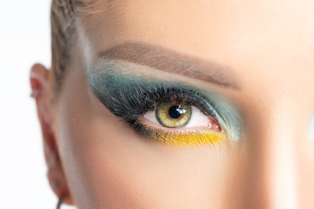 Close-up vista dos olhos de mulher bonita com uma maquiagem brilhante.