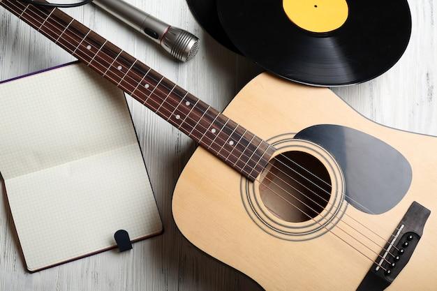 Close-up vista em equipamento musical contra superfície cinza de madeira
