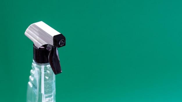 Close-up vista frontal da parte superior de um frasco de detergente líquido com um distribuidor para limpar a casa e o escritório. o conceito de higiene e limpeza. copie o espaço