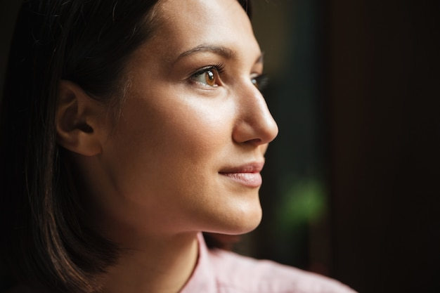 Close-up vista lateral da mulher morena sorridente