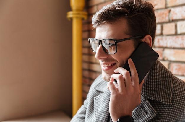 Close-up vista lateral do empresário satisfeito em óculos