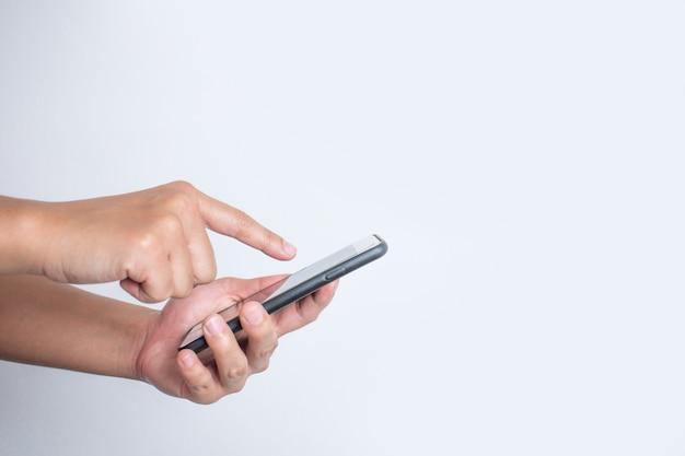 Close-up, vista lateral, os asiáticos usam um smartphone. isolado
