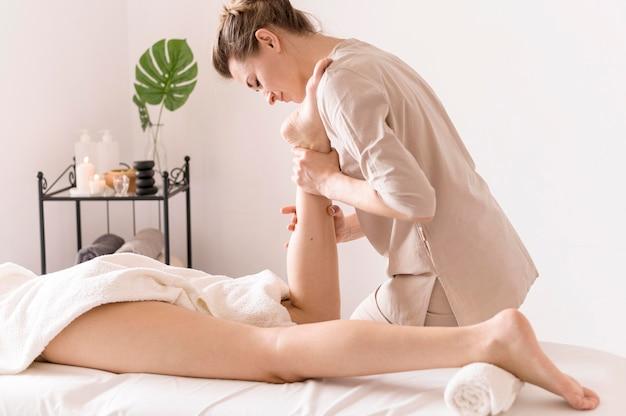 Close-up vista lateral para massagem no tornozelo