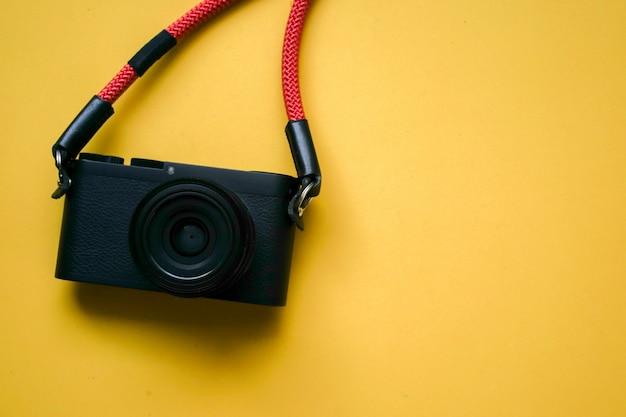 Close-up vista superior da câmera preta com alça vermelha e copyspace