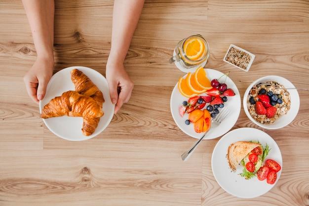 Close-up vista superior da pessoa que toma café da manhã