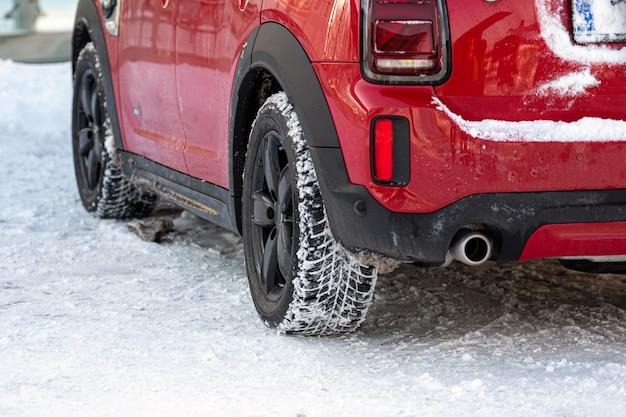 Close-up vista traseira de um carro vermelho no estacionamento