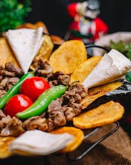 Close-up, vista, um, tradicional, azerbaijani, prato, sábio carne, com, pão árabe, batatas pita, tomates, e, pimenta verde