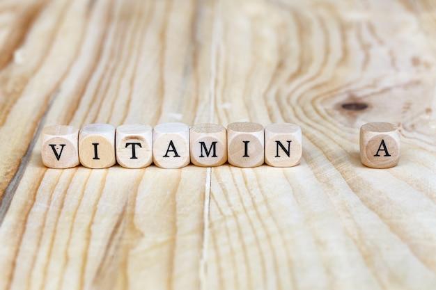 Close-up vitamina a palavra feita de letras de madeira sobre a mesa, conceito de saúde