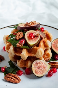 Close-up waffles com figos e nozes