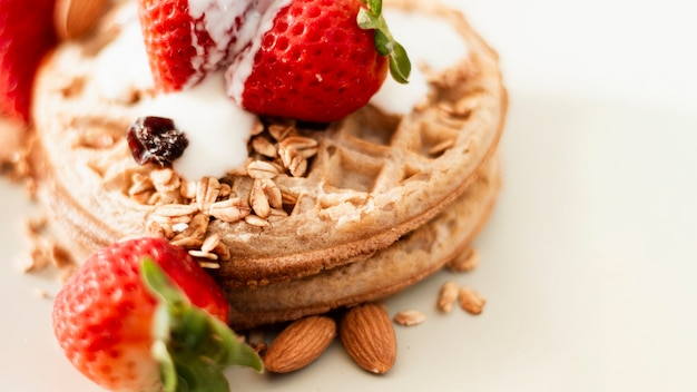Close-up waffles com morangos aveia e iogurte