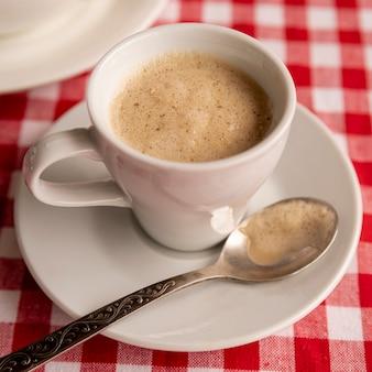 Close-up, xícara café leite, com, checkered, fundo