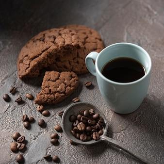 Close-up xícara de café com biscoitos