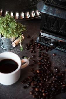 Close-up xícara de café com feijão assado