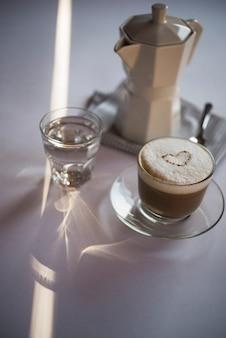 Close-up xícara de café com leite com chaleira