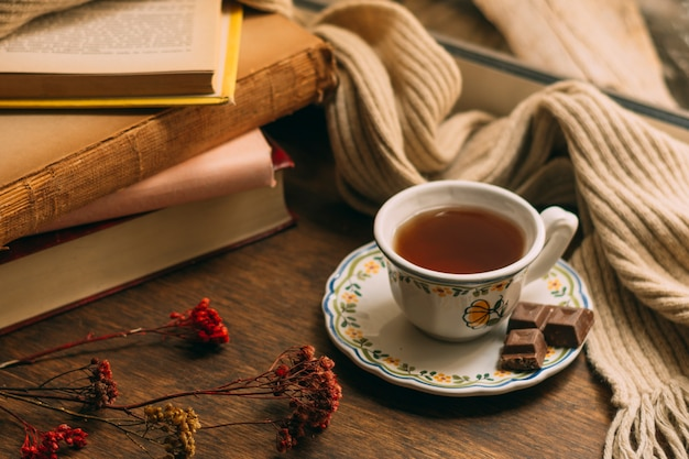 Close-up xícara de chá com livros