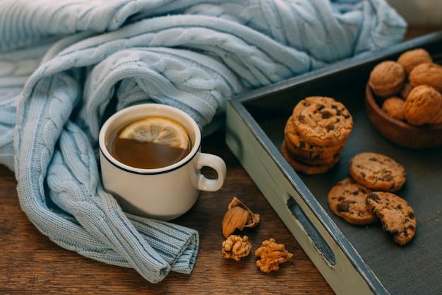 Close-up xícara de chá com nozes