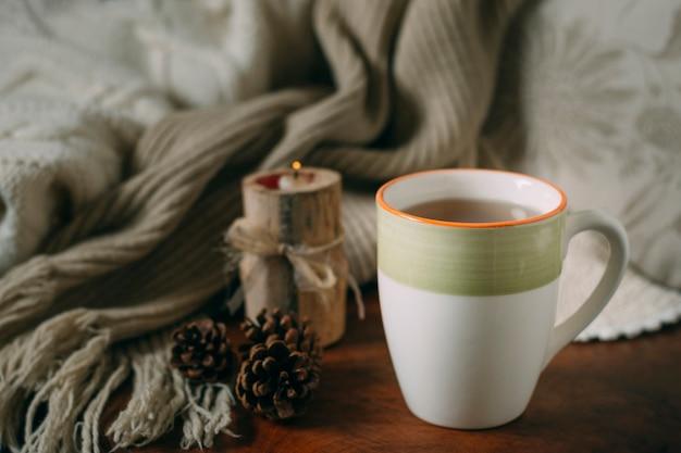 Close-up xícara de chá com um cobertor