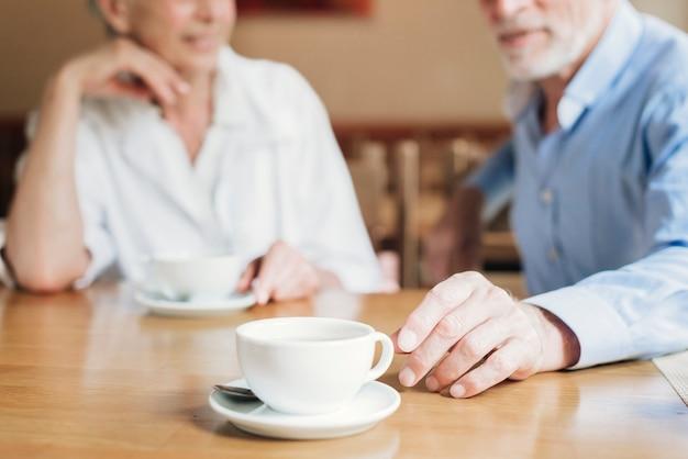 Close-up xícara de chá no restaurante sênior