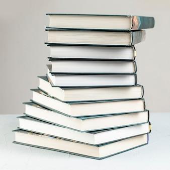 Close-upclose-up espiral empilhados livros