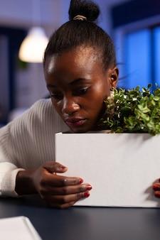 Close upf triste deprimida mulher africana após ser despedida do trabalho durante a crise econômica