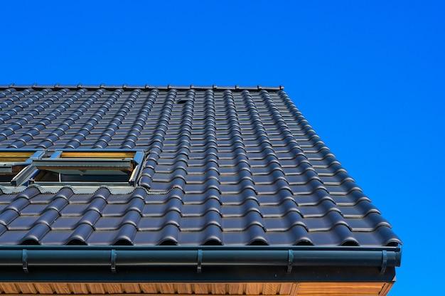 Close vertical de ângulo baixo do telhado preto de um edifício