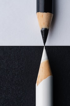 Close vertical de lápis preto e branco