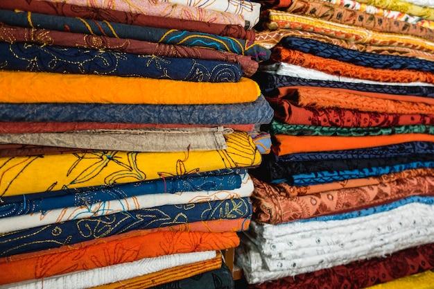 Closeuo de têxteis coloridos na loja de tecidos