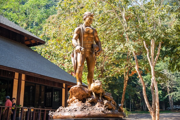 Closeup a estátua de saman kunano herói da caverna tham luang khun nam nang non em chiang rai