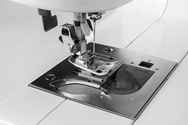 Closeup a máquina de costura e item de vestuário, máquina de costura antiga, estilo vintage