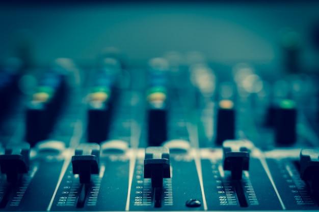 Closeup alguma parte do mixer de áudio, estilo de filme vintage, conceito de equipamento de música
